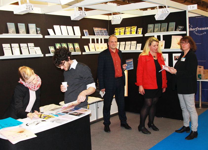 Bei uns am Stand: Vicky Graz, bei uns für Lektorat und Presse zuständig, Patrick Schär (Salis Verlag), Nicola Nürnberger, Britta Jürgs (Aviva Verlag)